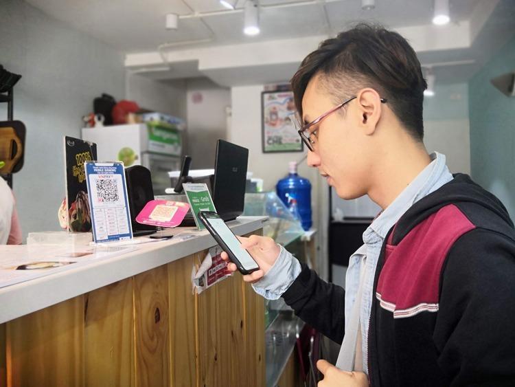 Khách hàng thanh toán bằng mã QR.Ảnh: Quỳnh Trang.