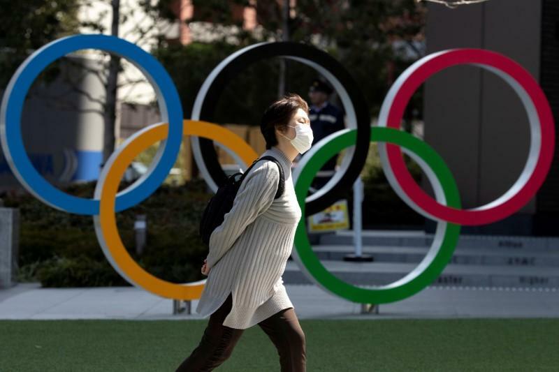 Người dân đi qua Bảo tàng Olympic Nhật Bản tại Tokyo. Ảnh: Reuters