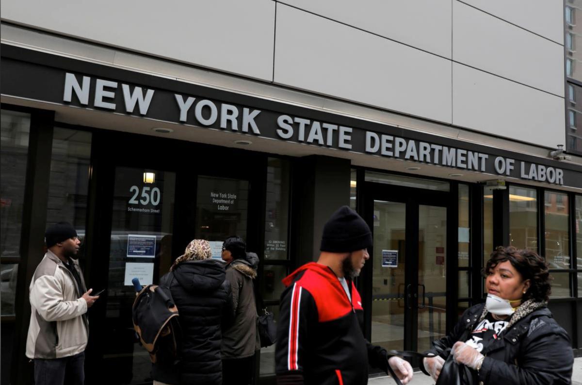 Người lao động tập trung tại lối vào văn phòng Bộ Lao động New Yorkngày 20 tháng 3 năm 2020, nơi đã đóng cửa do Covid-19. Ảnh: Reuters
