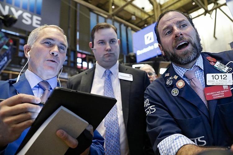 Nhân viên môi giớitrong Sở giao dịch chứng khoán New York.Ảnh: Reuters