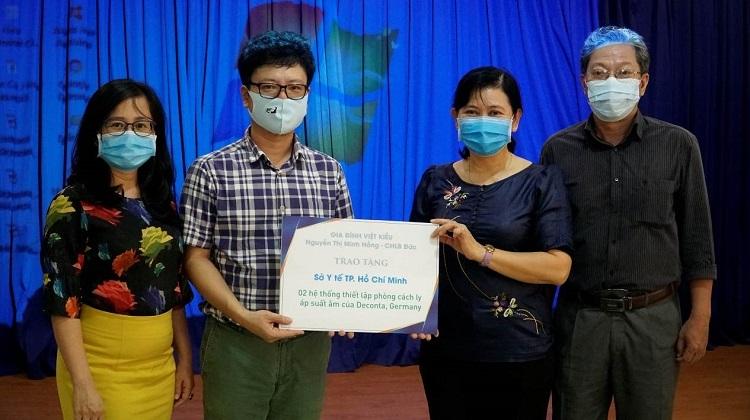 Đại diện gia đình bà Nguyễn Thị Minh Hồng (trái) trao tặng hai phòng cách ly áp lực âm cho bà Nguyễn Thị Huỳnh Mai - Chánh Văn phòng Sở Y tế TP HCM (thứ hai từ phải qua) ngày 25/3.