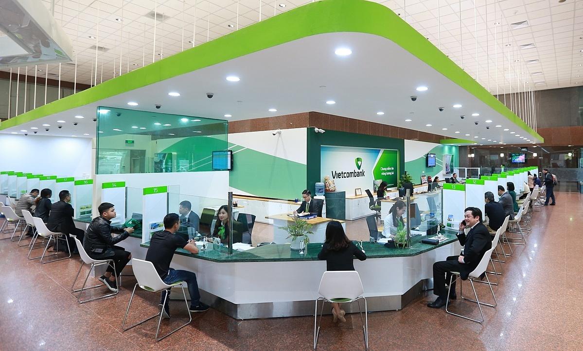 Khách hàng giao dịch tại ngân hàng Vietcombank.