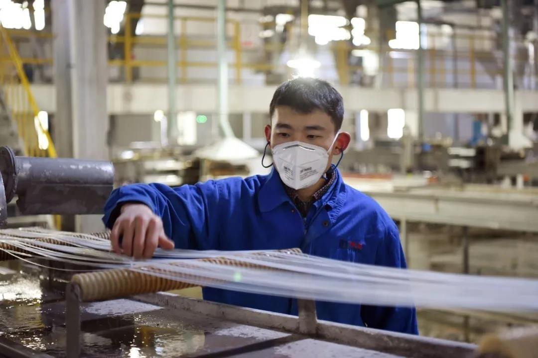Công nhân sản xuất bên trong nhà máy củaDawn Polymer. Ảnh: Twitter China Dawn Group