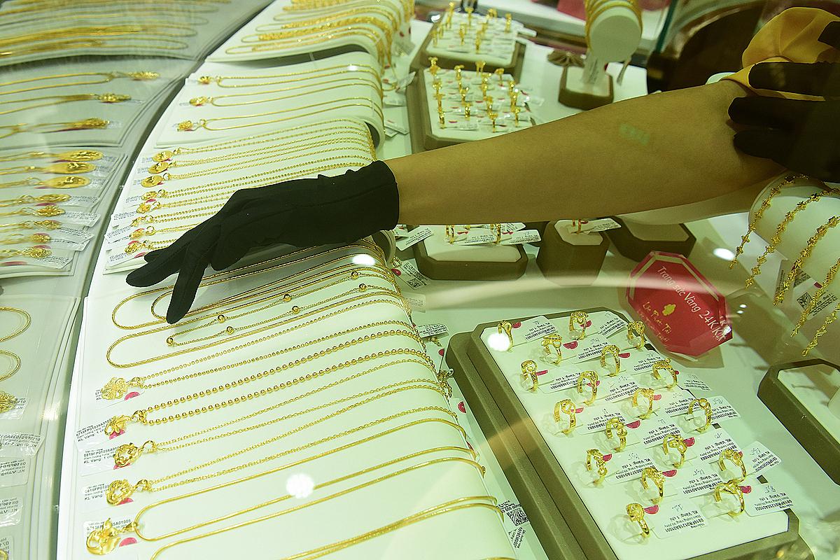 Người dân giao dịch vàng tại một doanh nghiệp ở Hà Nội. Ảnh: Giang Huy.