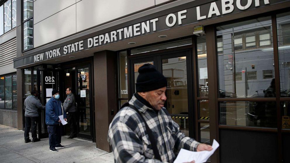 Người dân đến nộp hồ sơ tại Sở Lao động New York ngày 18/3. Ảnh: AP