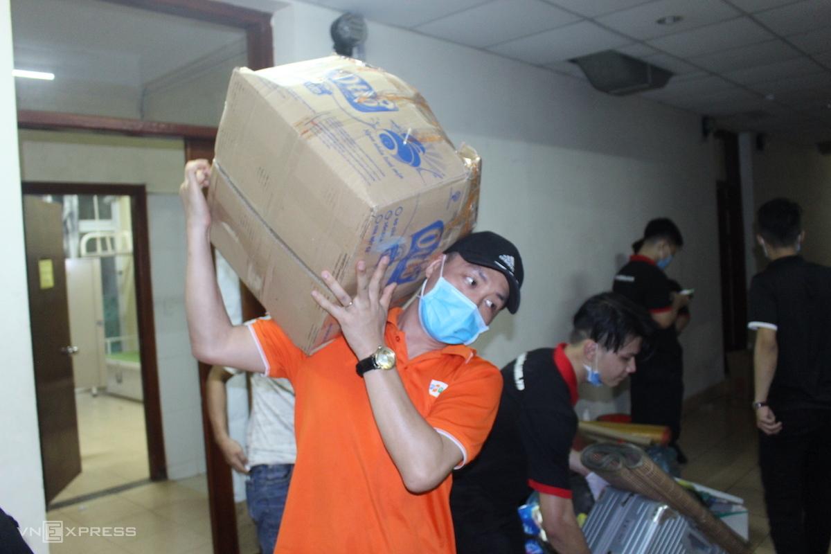 Cán bộ, sinh viên Đại học FPT gấp rút dọn dẹp đồ đạc ra khỏi ký túc xá để dành chỗ cho người cách ly phòng dịch Covid-19. Ảnh: Vân Anh
