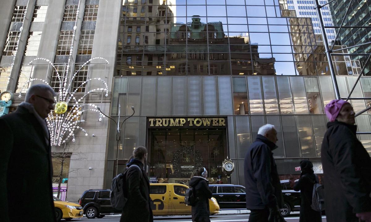 Phía trước khách sạn Trump Tower tại New York. Ảnh: Bloomberg