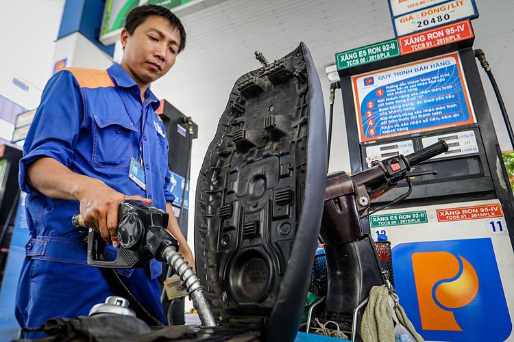 Nhân viên cây xăng ở TPHCM đổ xăng cho khách. Ảnh: Thành Nguyễn.