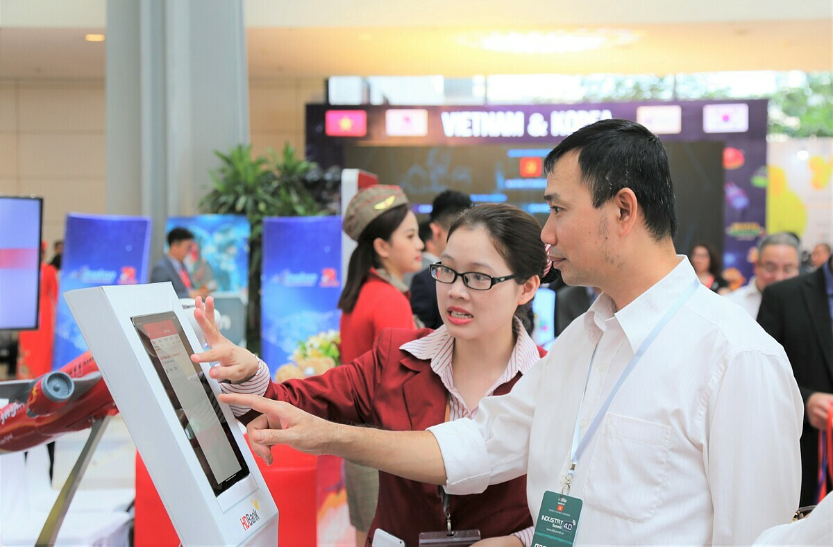 Nhân viên HDBank hướng dẫn khách hàng trải nghiệm ứng dụng.