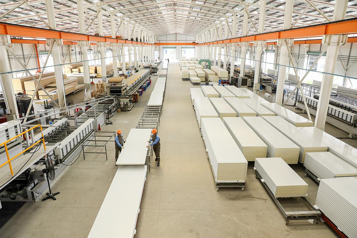 Phân xưởng sản xuất panel cách nhiệt của công ty Phương Nam. Ảnh: Quỳnh Trần.