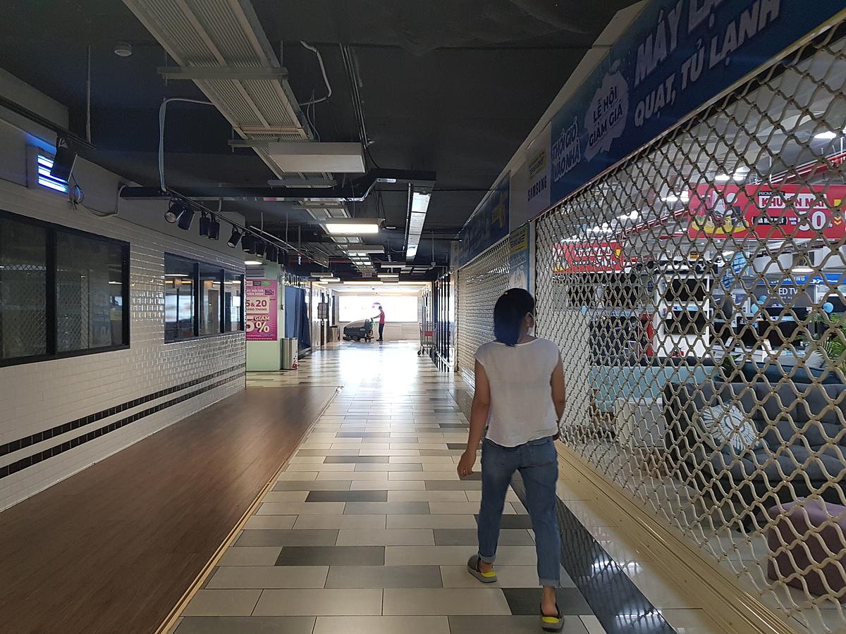 Các nhà hàng, quán ăn, cửa hàng đồ điện tử tại Giga Mall cũng đóng cửa. Ảnh: Việt Dũng.