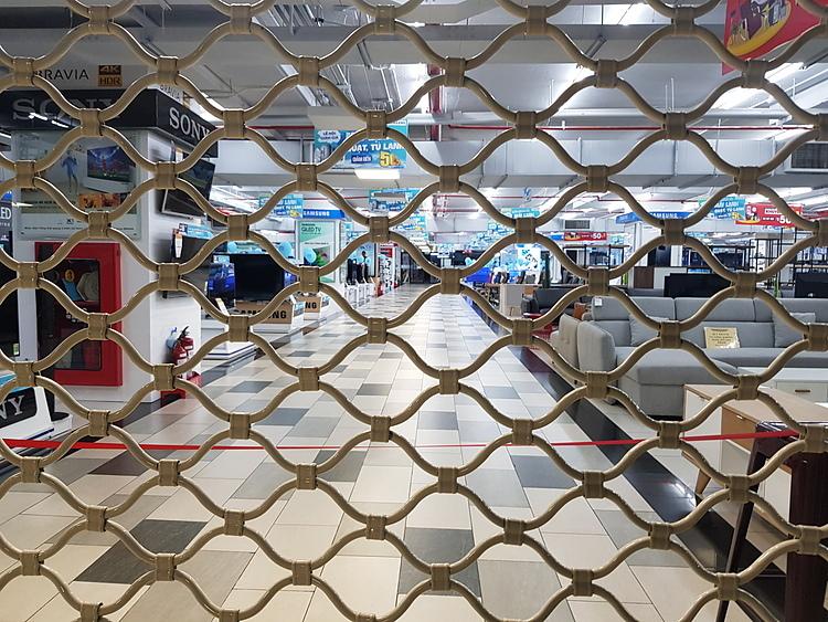 Các cửa hàng nội thất tại Giga Mall đóng cửa. Ảnh: Việt Dũng.