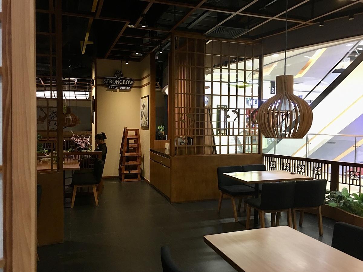 Một nhà hàng đã dừng đón khách lúc 18h30 ngày 24/3 tại Vạn Hạnh Mall, TP HCM. Ảnh: Viễn Thông