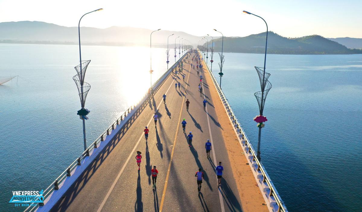 Các vận động viên tham gia giải chạy VnExpress Marathon Quy Nhon 2019.
