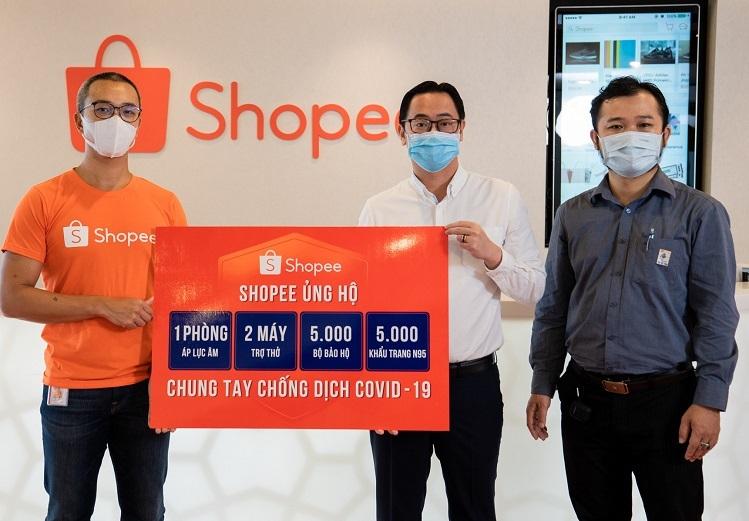 Đại diện Shopee Việt Nam (trái) trao tặng biểu trưng 2 máy trợ thở, 1 phòng cách ly áp lực âm, 5.000 khẩu trang y tế N95 và 5.000 bộ bảo hộ y tế cho đại diện Hội Thầy thuốc trẻ Việt Nam.