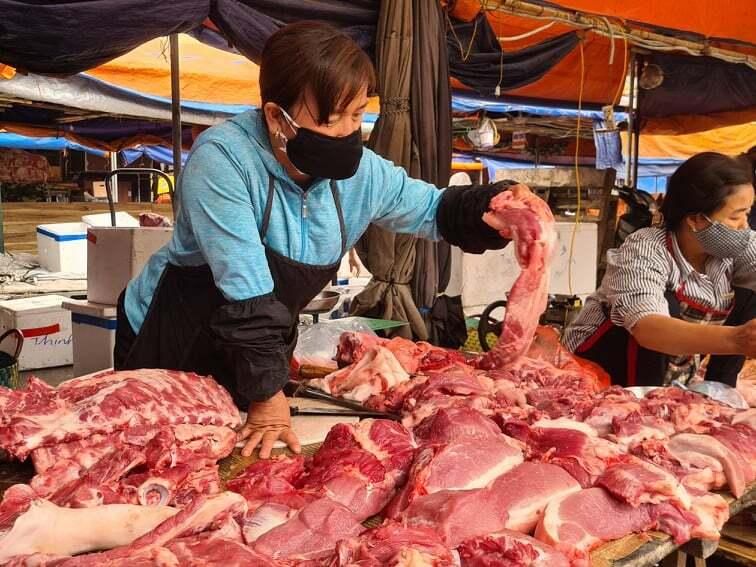 Quầy thịt chợ Hà Đông vẫn chưa vơi dù đã 10h sáng. Ảnh: Anh Minh.