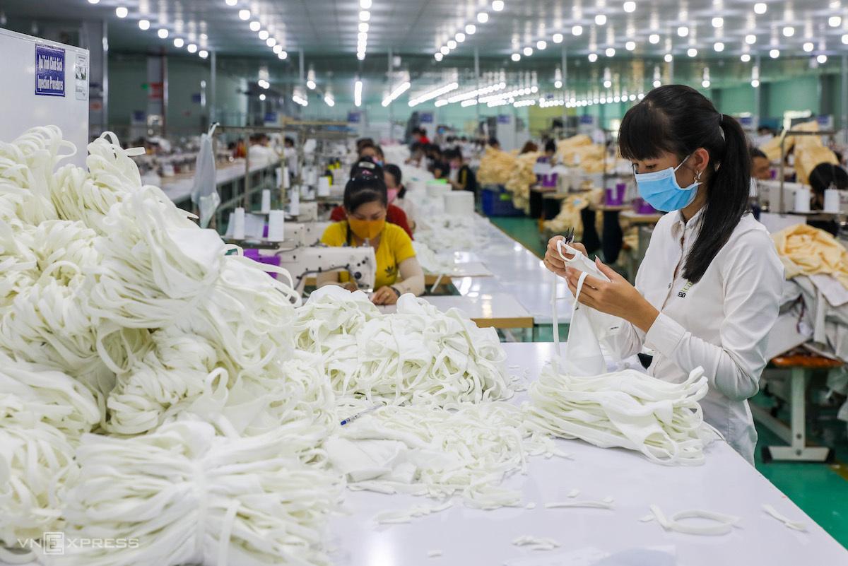 Công nhân trong một công ty ở KCN Tân Đô,Long An sản xuất khẩu trang vải. Ảnh: Quỳnh Trần