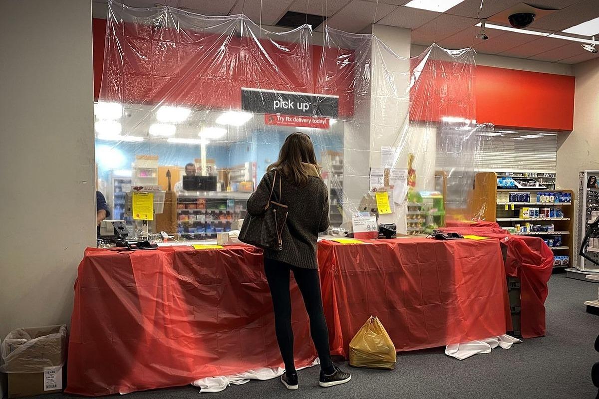 Một cửa hàng thuốc của CVS tại New York trong mùa dịch. Ảnh: Reuters