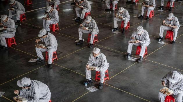 Giờ ăn trưa của công nhân nhà máyDongfeng Honda tại Vũ Hán, Trung Quốc hôm 23/3. Ảnh: AFP
