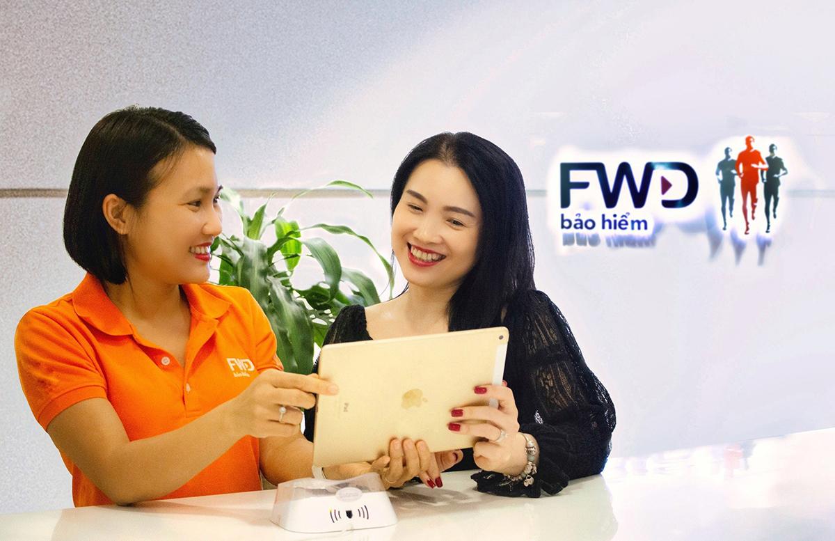 Khách hàng tìm hiểu sản phẩm của FWD Việt Nam.