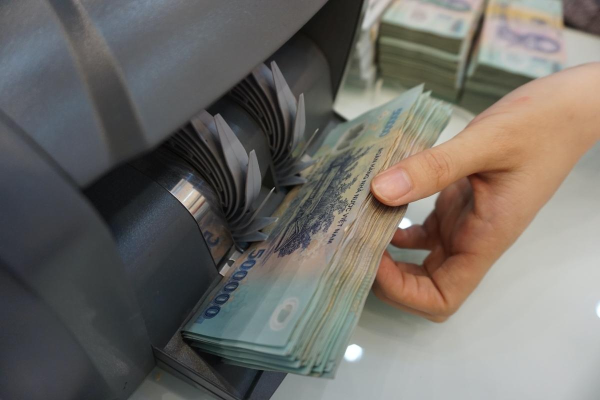 Lãnh đạo ngân hàng giảm nửa lương vì Covid-19