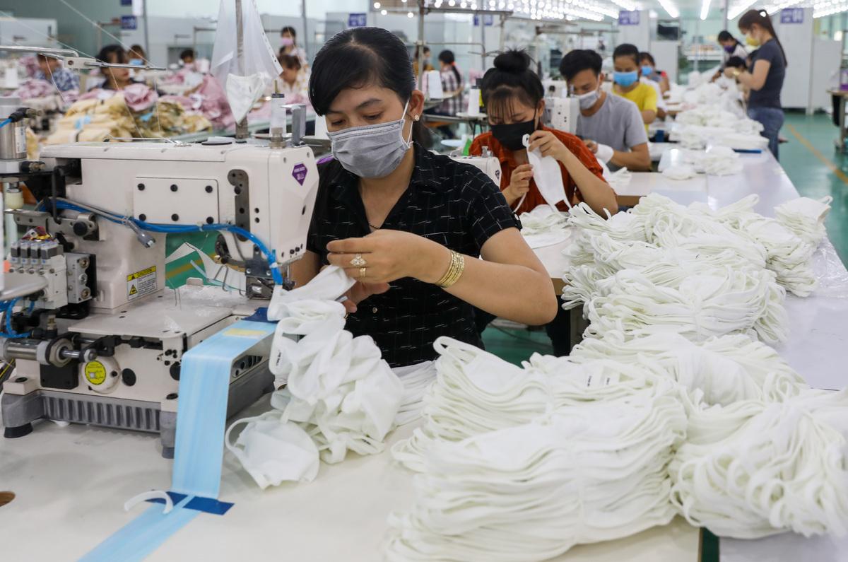 Công nhân sản xuất khẩu trang trong một nhà máy ở Việt Nam. Ảnh: Quỳnh Trần