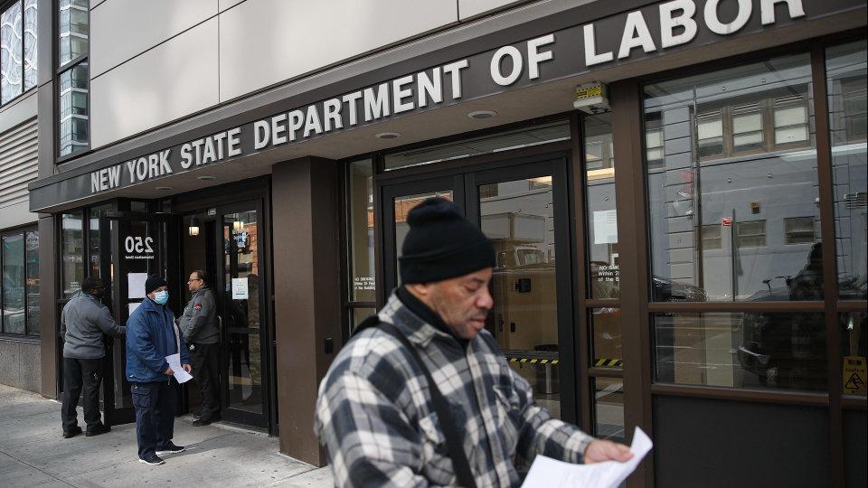 Người lao động đến nộp đơn xin trợ cấp thất nghiệp tại Sở Lao động New York. Ảnh: AP