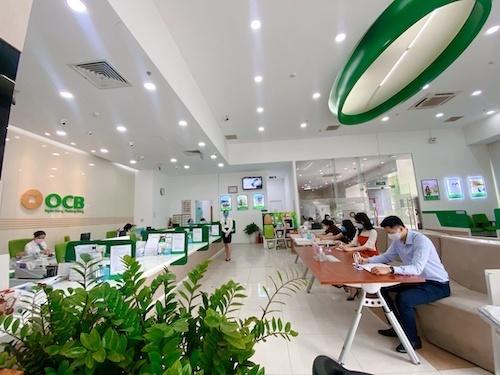 Khách hàng tới ngân hàng giao dịch ở vị trí cách xa 2m theo quy định.