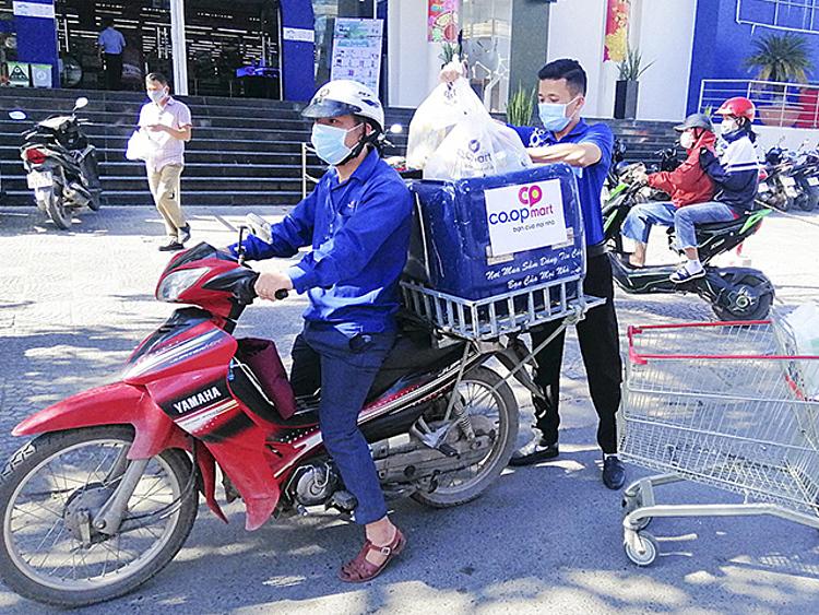 Nhân viên Co.opmart chuẩn bị giao hàng cho khách. Ảnh: Mai Trang.