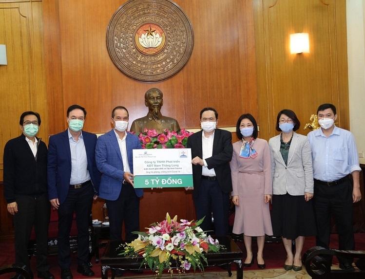 Đại diện Ban Lãnh đạo Ciputra Hanoi trao tặng 5 tỷ đồng phòng chống dịch Covid-19 thông qua Ủy ban Trung ương MTTQ Việt Nam.