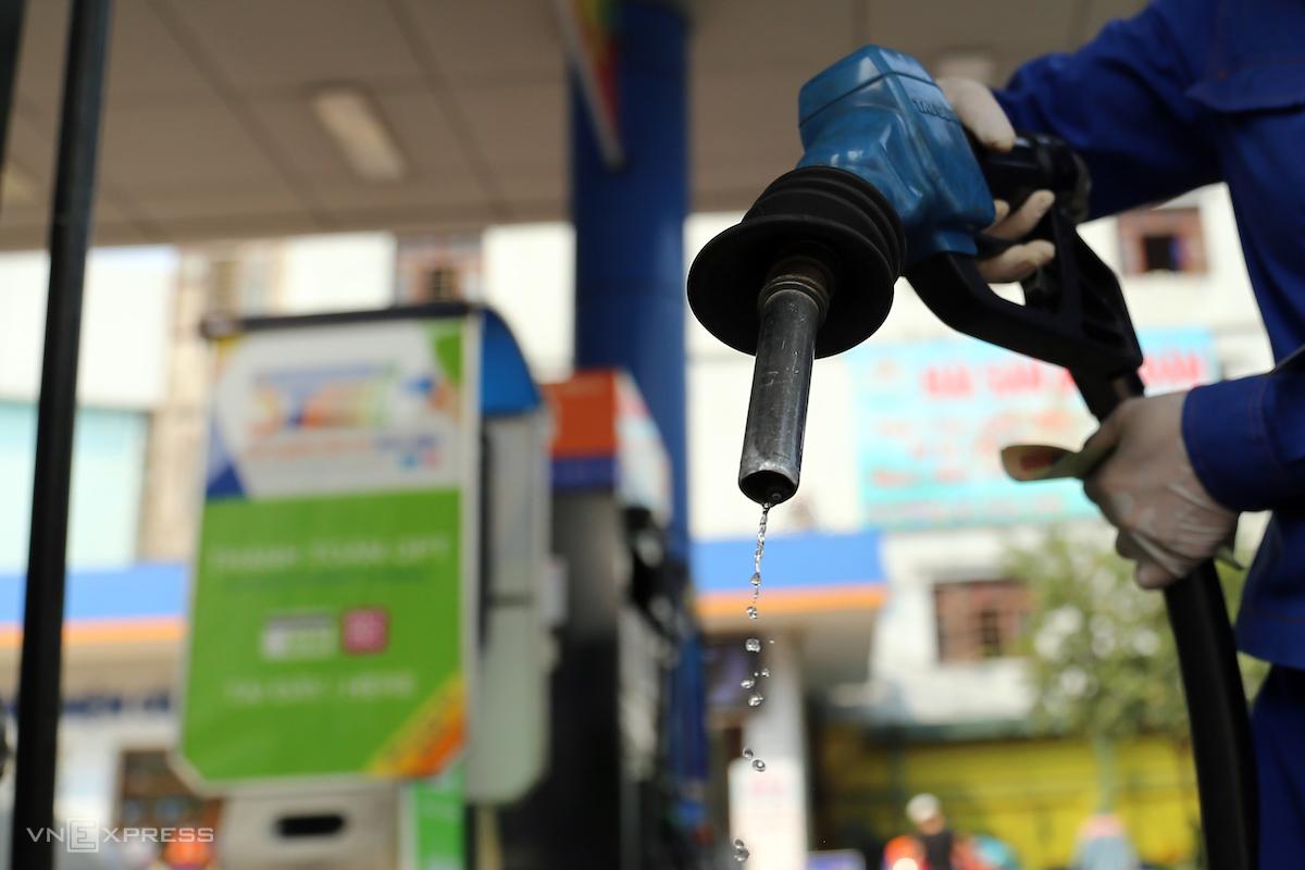 Nhân viên một cửa hàng xăng dầu của Petrolimex tại Long Biên bơm xăng cho khách hàng. Ảnh: Thái Anh