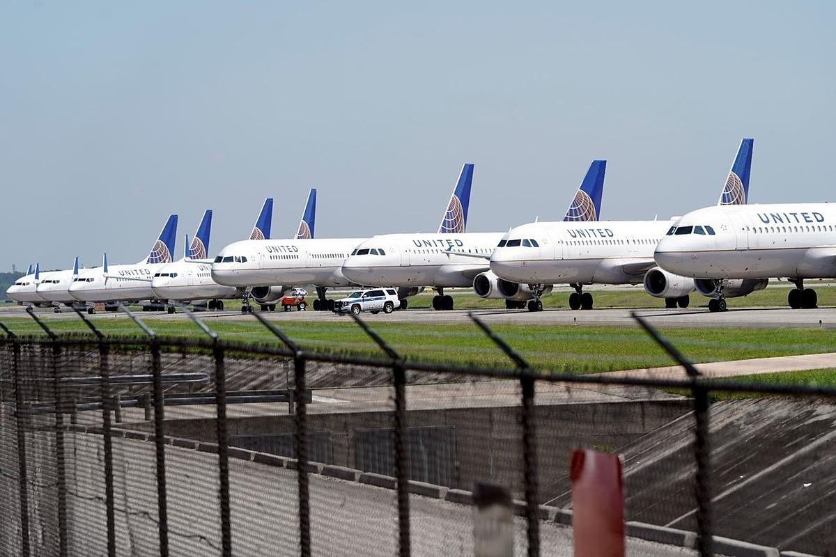 Máy bayUnited Airlines đỗ tại George Bush Intercontinental Airport ở Houston ngày 25/3. Ảnh: AP