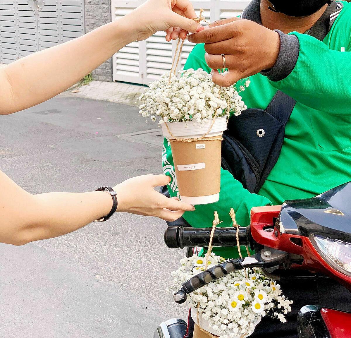 Nhân viên Qualá giao Hoa Coffee cho tài xế giao hàng. Ảnh: Đức Thành