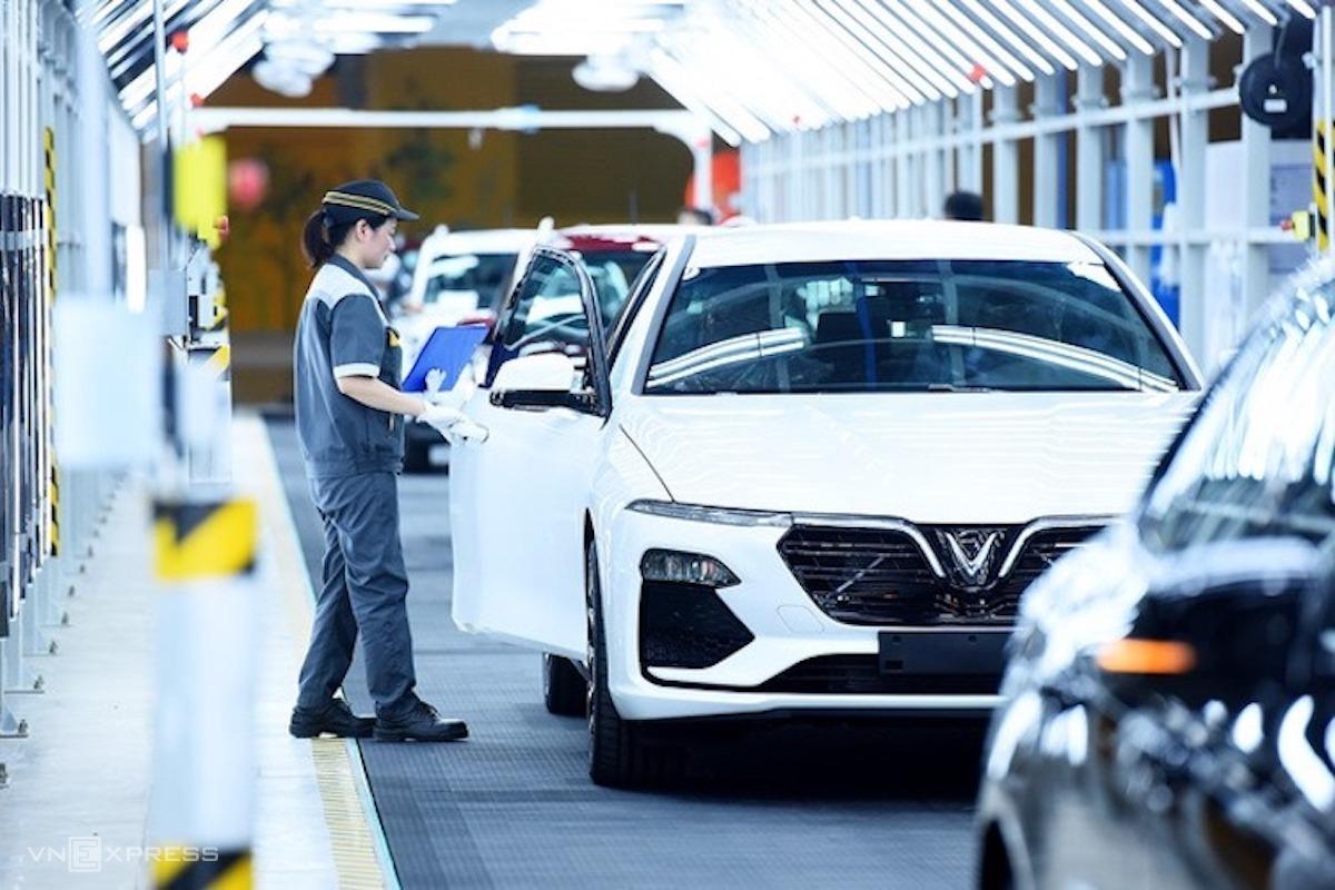 Công nhân Nhà máy ôtô Vinfast (Hải Phòng) kiểm tra xe trước khi xuất xưởng. Ảnh: Giang Huy