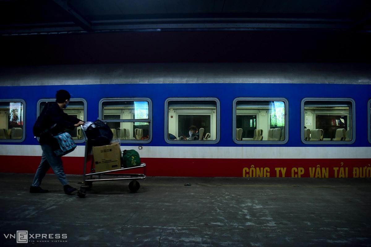 Chuyến tàu SE3 chuẩn bị rời ga Hà Nội tối 6/4. Đây là chuyến tàu duy nhất còn hoạt động trong thời gian thực hiện cách ly xã hội. Ảnh: Giang Huy.