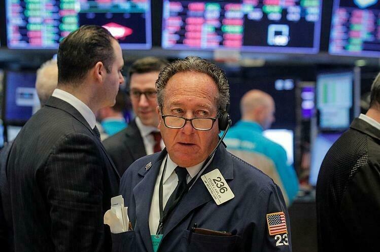 Nhân viên giao dịch trên sàn chứng khoán New York. Ảnh:Reuters.