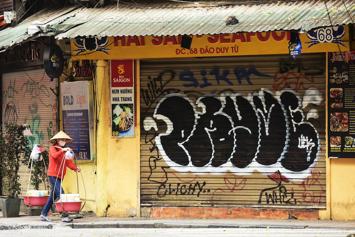 Loạt cửa hàng tại Hà Nội đóng cửa vì Covid-19. Ảnh: Giang Huy