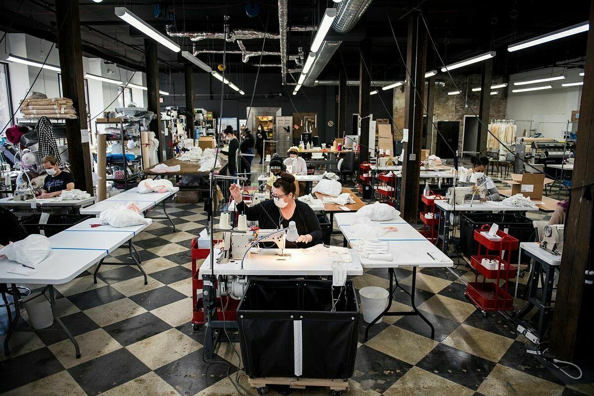 Công nhân làm khẩu trang trong nhà máy của Detroit Sewn. Ảnh: WSJ