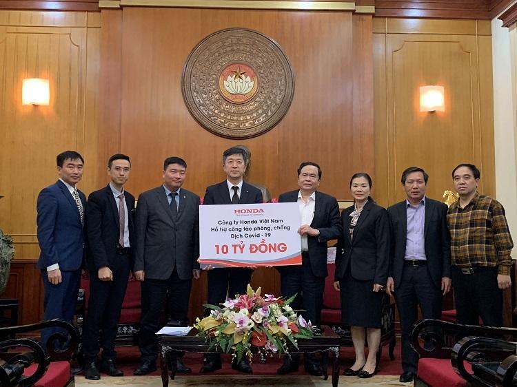 Ông ... (thứ tưtừ trái sang)- chức danh trao 10 tỷ đồng cho đại diện Ủy banTW Mặt trận Tổ quốc Việt Nam