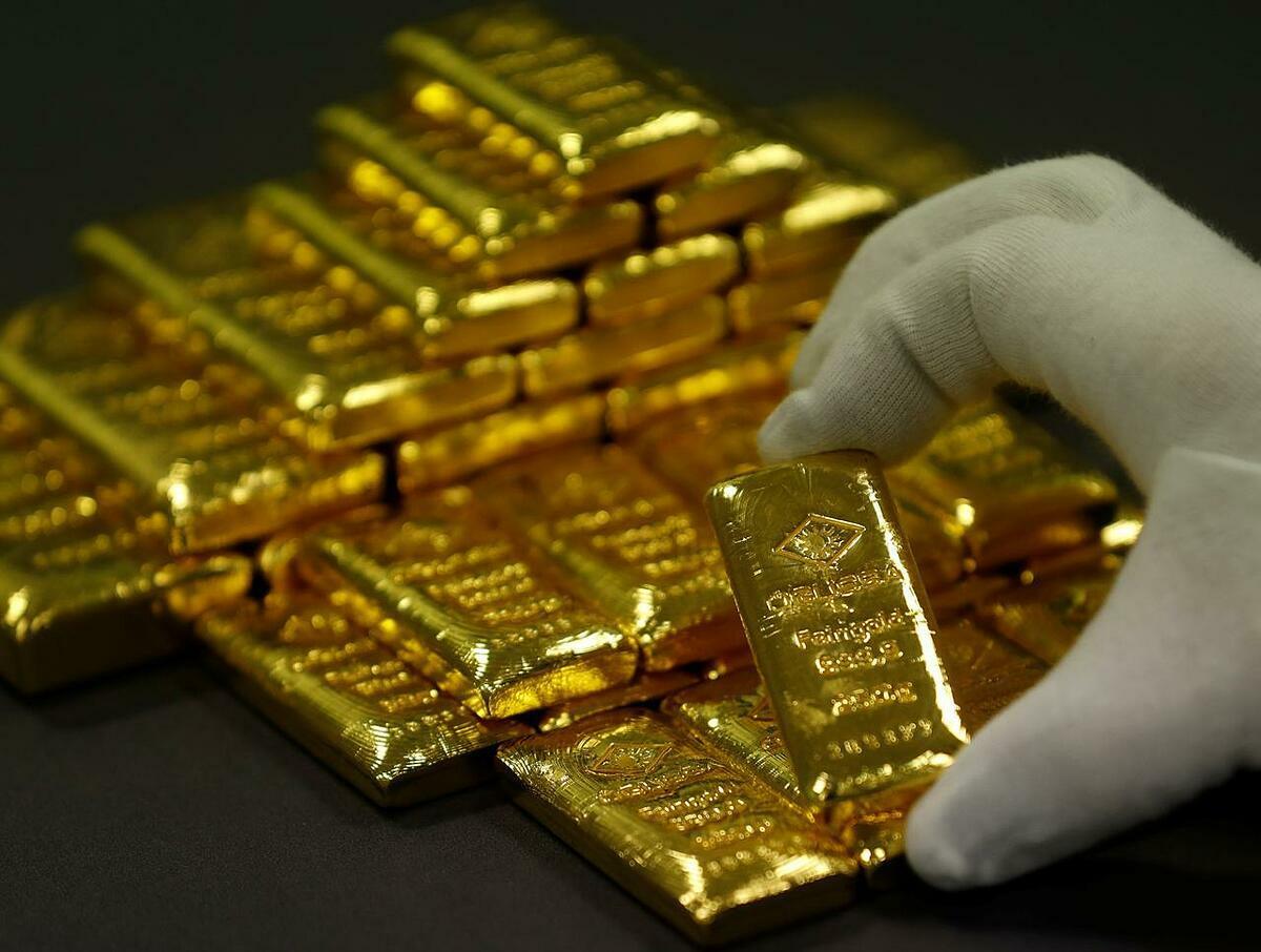 Nhân viên sắp xếp vàng thỏi tại một nhà máy ở Vienna (Áo). Ảnh: Reuters