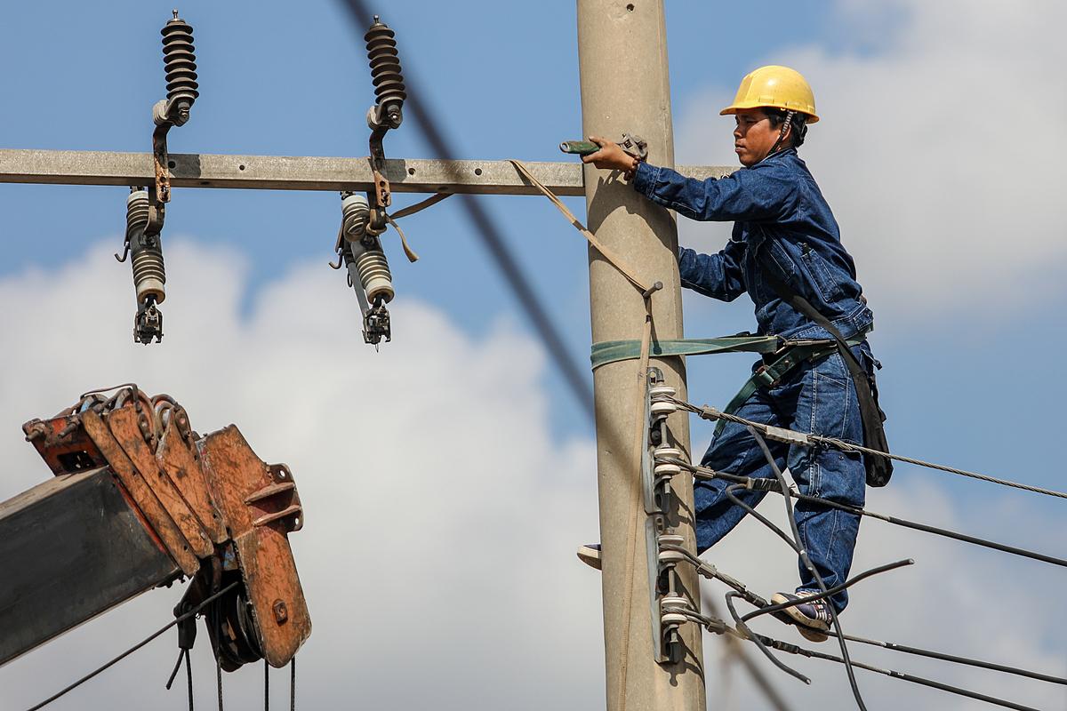 Nhân viên điện lực làm việc tại Bình Dương. Ảnh: Thành Nguyễn.