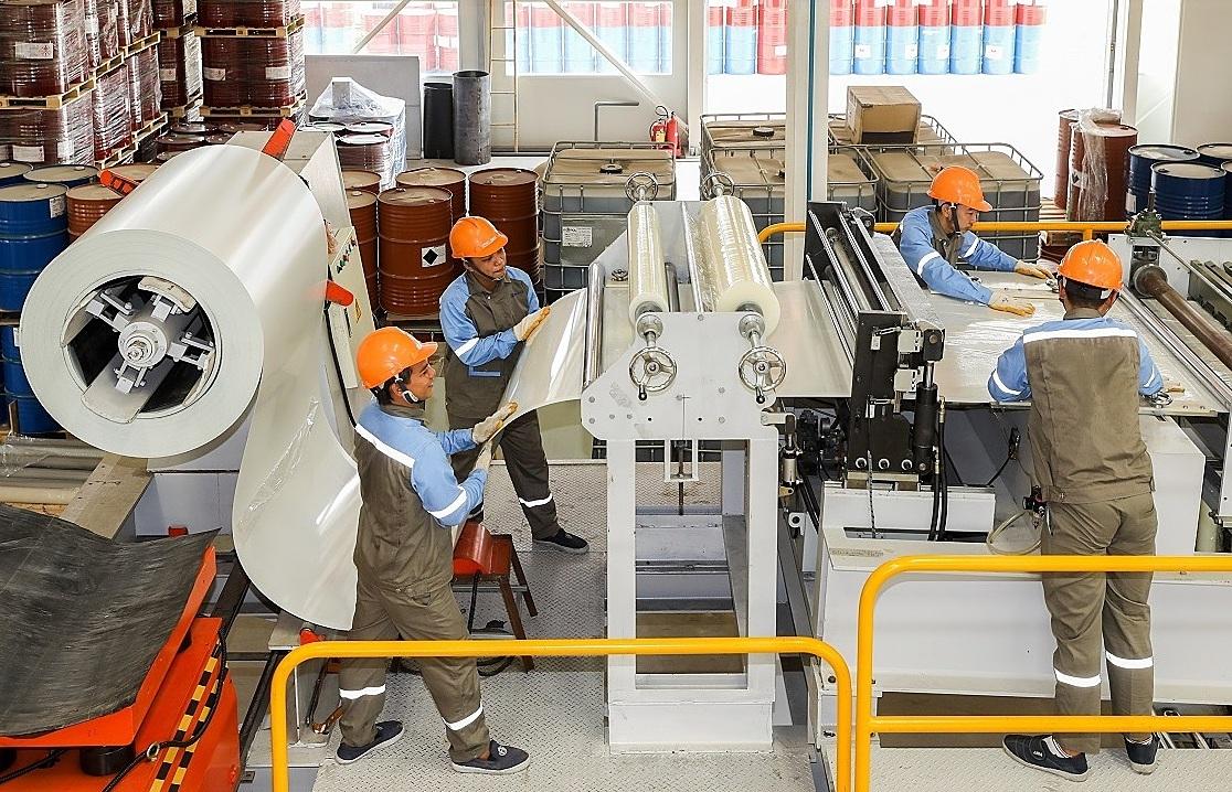 [Caption]Công nhân dang làm gì tại dây chuyền sản xuất ở nhà máy ABC