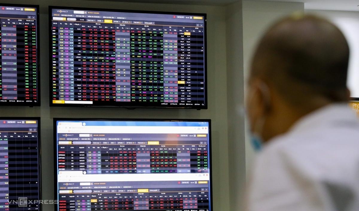 Nhà đầu tư theo dõi bảng điện tử tại một sàn giao dịch ở TP HCM, tháng 3/2020. Ảnh: Như Quỳnh.