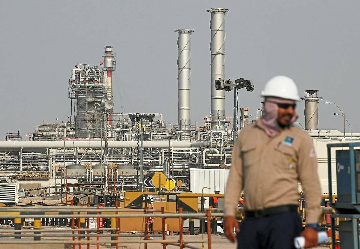 Nhân viên tại một cơ sở khai thác dầu của Saudi Aramco ở Saudi Arabia. Ảnh; Reuters