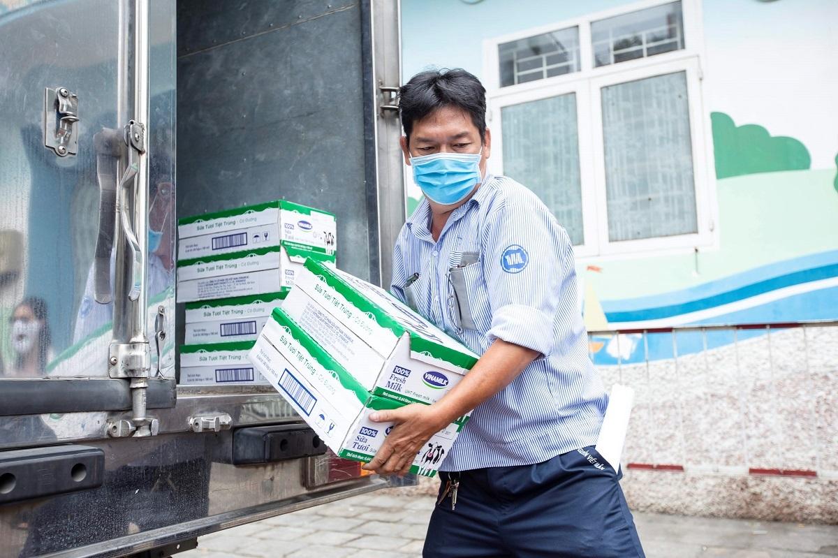 Nhân viên Vinamilk luôn nỗ lực để từng hộp sữa được kịp thời trao đến tay các em nhỏ khó khăn, có hoàn cảnh đặc biệt trong mùa dịch.
