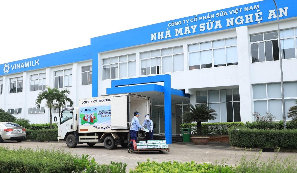 Xe chở sữa của Vinamilk mang sữa đến với các trung tâm, mái ấm nuôi dạy trẻ tại Hà Nội, Nghệ An và TP HCM trong ngày đầu tiên khởi động chương trình.