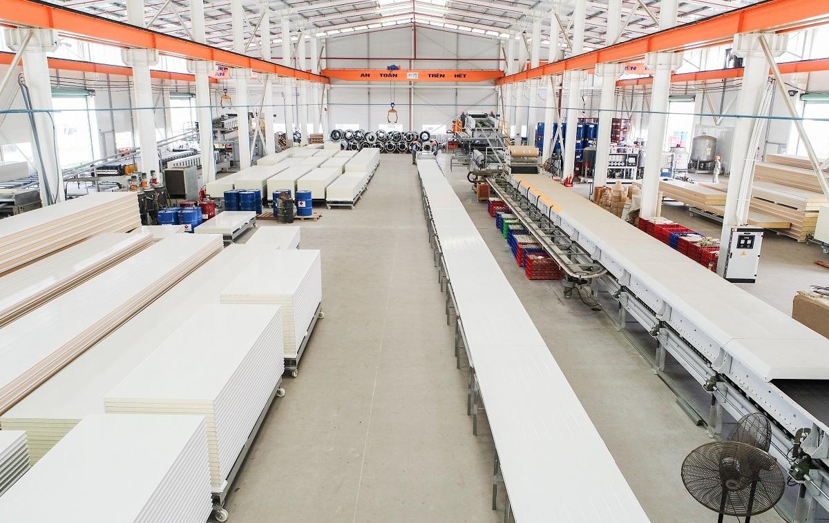 Nhà máy công ty TNHH cách âm cách nhiệt Phương Nam duy trì hoạt động sản xuất.
