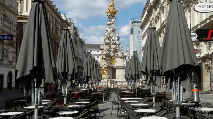 Một quán ăn nhẹ tạiVienna, Áo đóng cửa vì đại dịch. Ảnh: Reuters