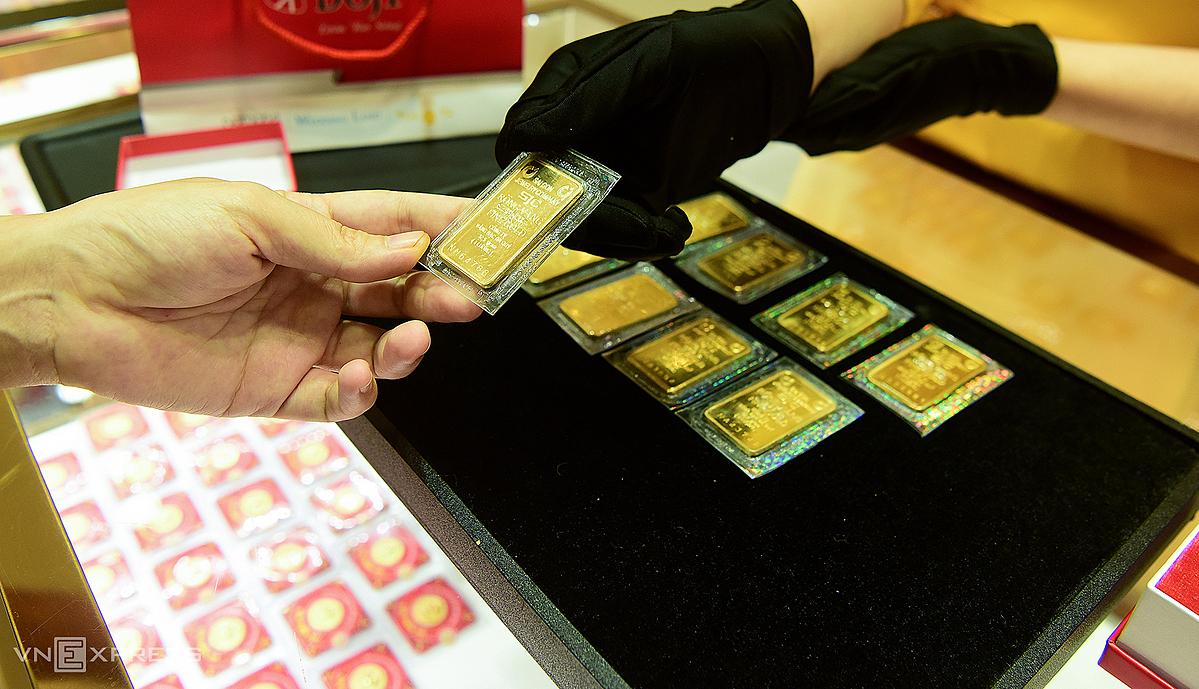 Giao dịch vàng miếng tại một doanh nghiệp ở Hà Nội. Ảnh: Giang Huy.