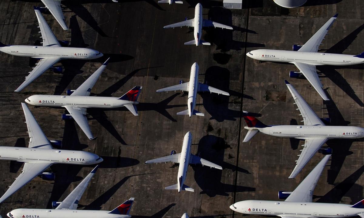 Các máy bay của Delta đắp chiếu vì Covid-19 tại sân bay ởAlabama cuối tháng trước. Ảnh: Reuters